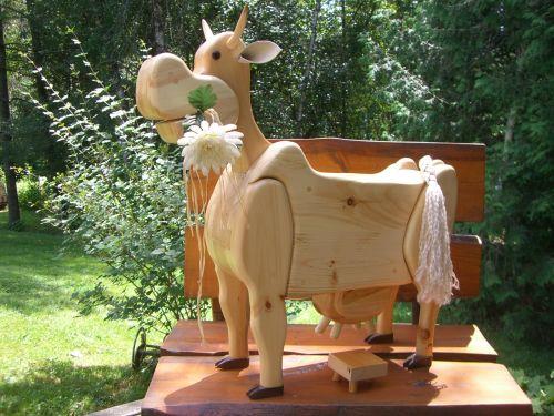 Petite vache sympathique en bois